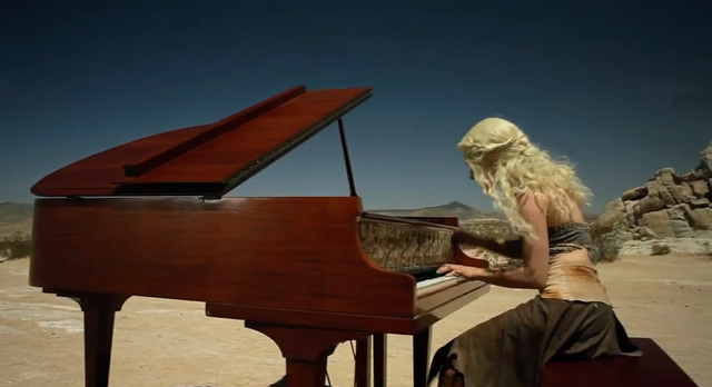 Sonya Belousova spielt das Intro von Game Of Thrones