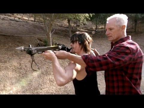 Norman Reedus lernt mit der Armbrust umzugehen