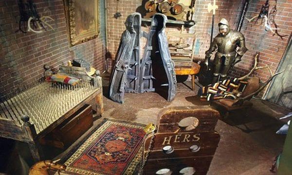 Das Set der Addams Family in Farbe