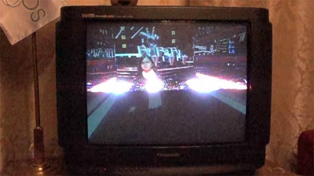 Bildaufbau eines alten Röhrenfernsehers in Superzeitlupe