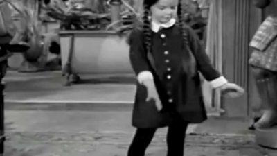 Die Addams Family tanzt zu 'Blitzkrieg Bop'