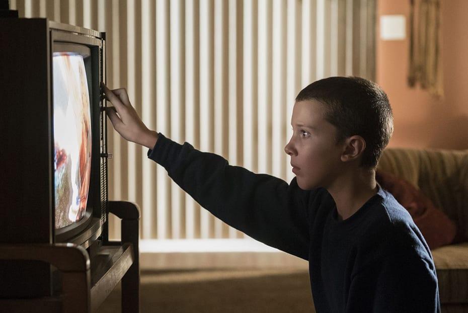 eleven-watching-tv-stranger-things-netflix Netflix mit Freunden synchron an verschiedenen Orten schauen
