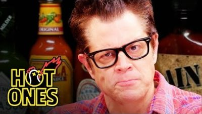 Johnny Knoxville isst sehr scharfe Hot Wings