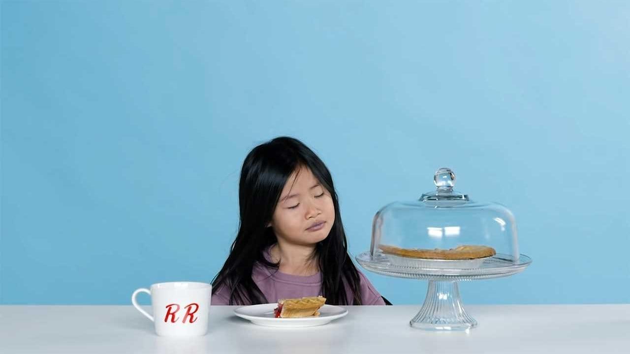 Kinder testen Essen aus Serien-Klassikern