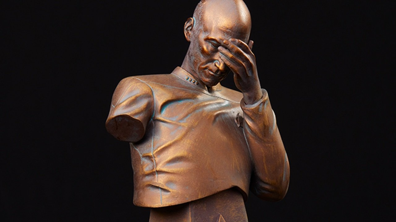 Neue Captain Picard Statue in berühmter Facepalm-Pose