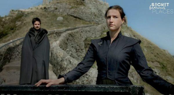 Paar stellt Szenen aus TV-Serien an Originalschauplätzen nach