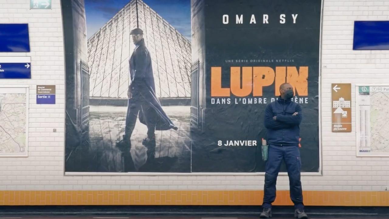 Lupin: Darsteller täuscht Zuschauer beim Plakat aufkleben